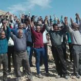 زنجیره انسانی در یکی از شهر های فارس برای جلوگیری از تخریب کوه